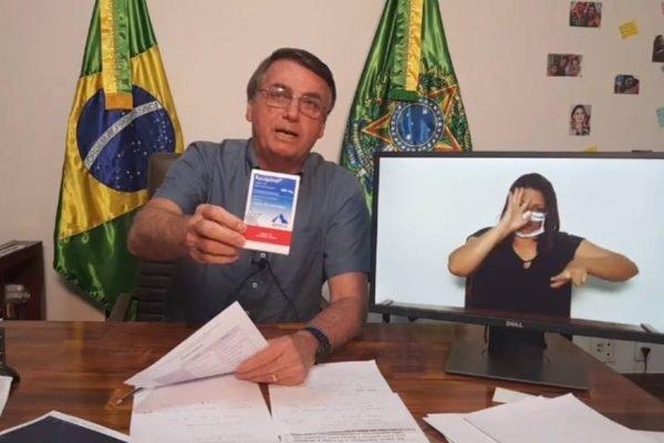 Bolsonaro exibe cloroquina na live