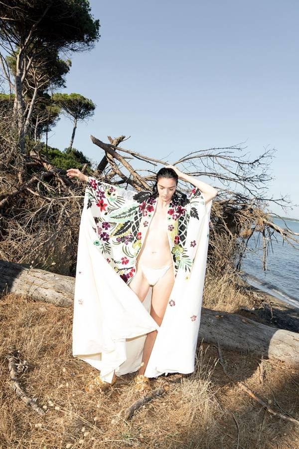 Modelo em campanha de resort 2021 da Valentino