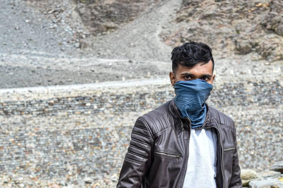 homem com lenço no rosto