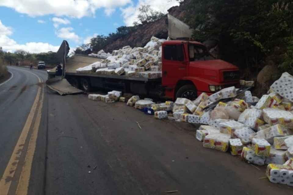 Homem é encontrado após tombamento de caminhão de papel higiênico