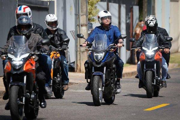 Bolsonaro sai de moto do Alvorada