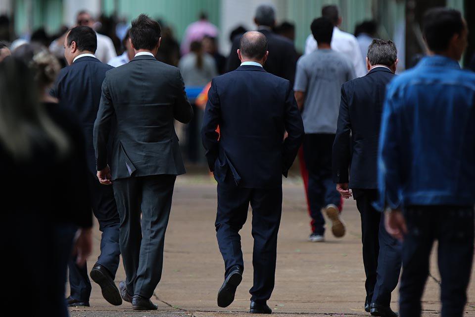 servidores públicos caminham na Esplanada dos Ministérios