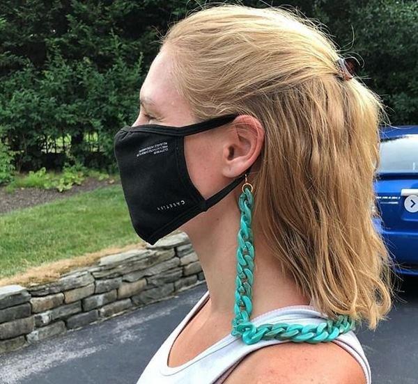 Modelo usando máscara facial com cordinha