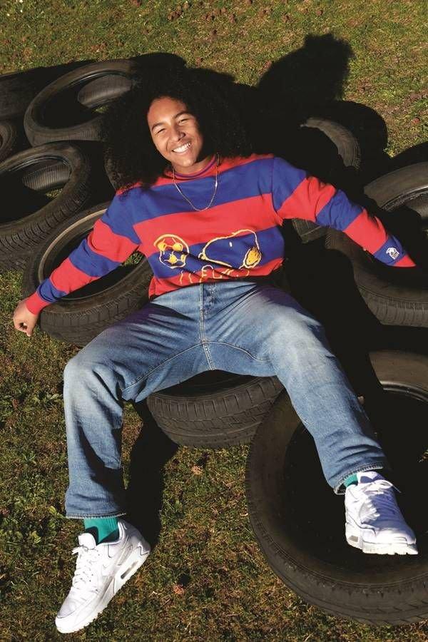 Campanha da Levi's com modelo deitada em pneus