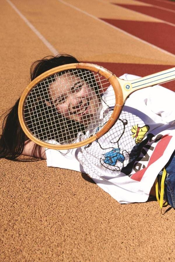 Campanha da Levi's com raquete de tênis