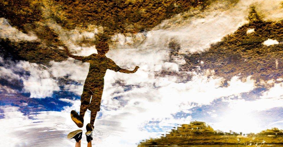 Criança brinca no espelho d'água do Palácio do Buriti, em Brasília