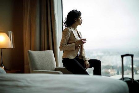 mulher-sentada-olhando-a-janela