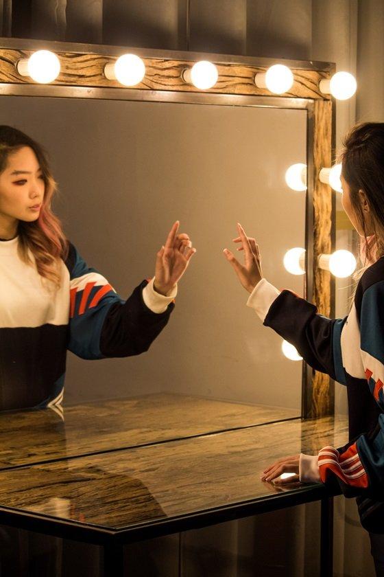 Mulher toca no espelho