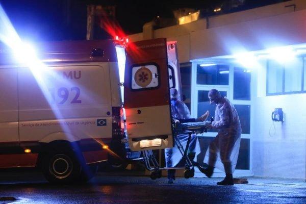 Ambulância socorre vítima covid-19