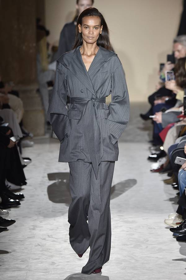 Modelo usando cinza na passarela da Salvatore Ferragamo