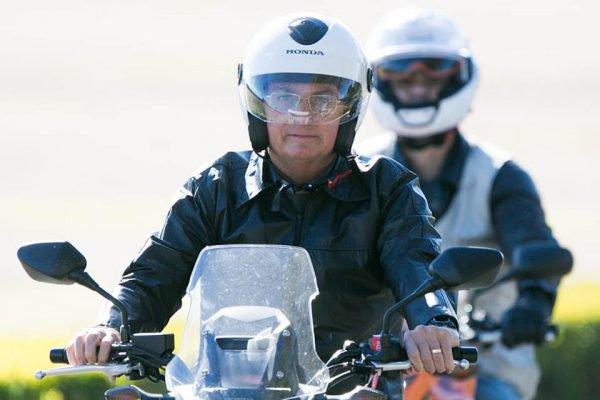 O presidente Jair bolsonaro (sem partido) aproveitou a manhã do domingo (02/07) para viajar à cidade de Paracatu, em Minas Gerais. Ele foi de moto até a base aérea, onde pegou um helicóptero e deixou Brasília