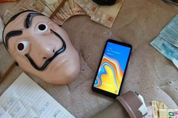 Máscara e celular