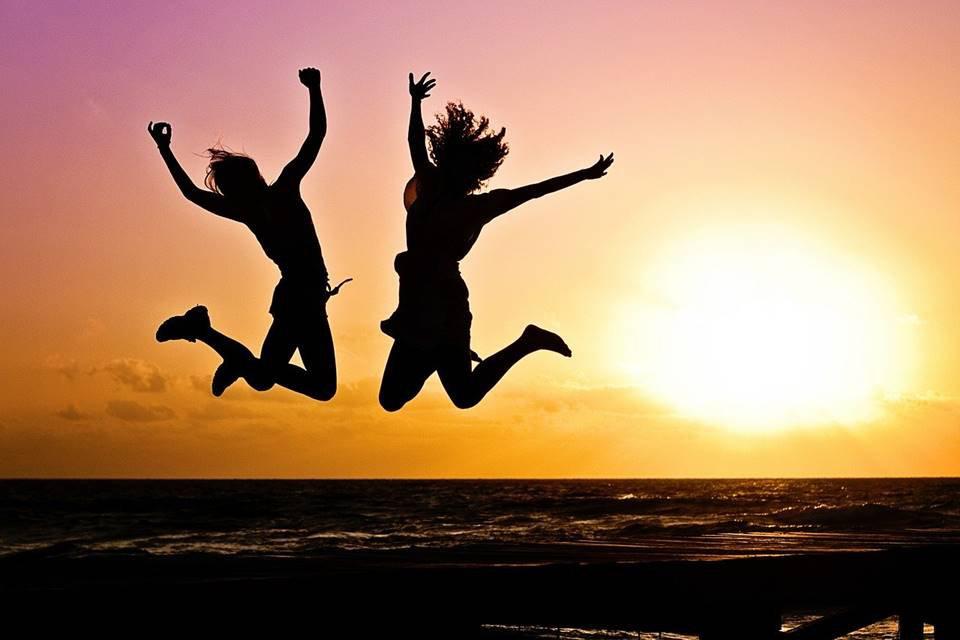 pessoas felizes pulando