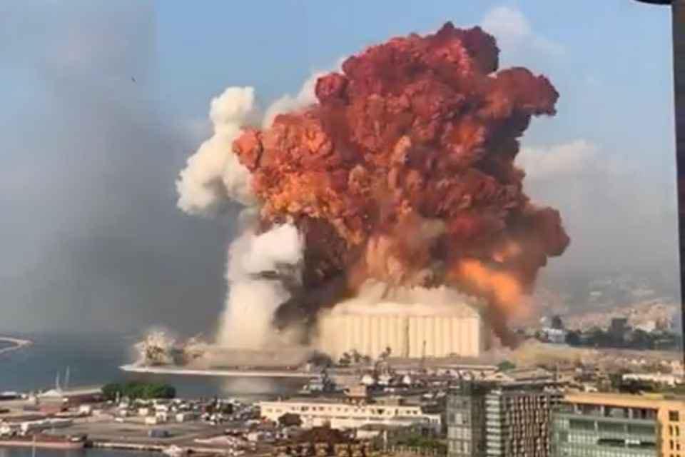 Forte explosão atinge área portuária de Beirute, no Líbano