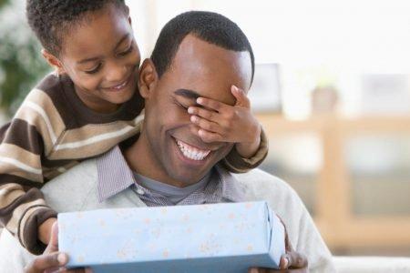 Criança surpreendendo o pai