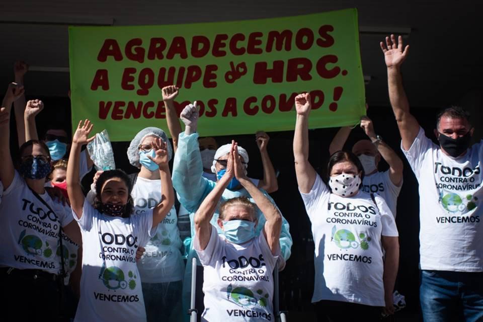 "Dezena de filhos comemora alta de idosa que teve Covid-19 no DF: ""Vencemos"""