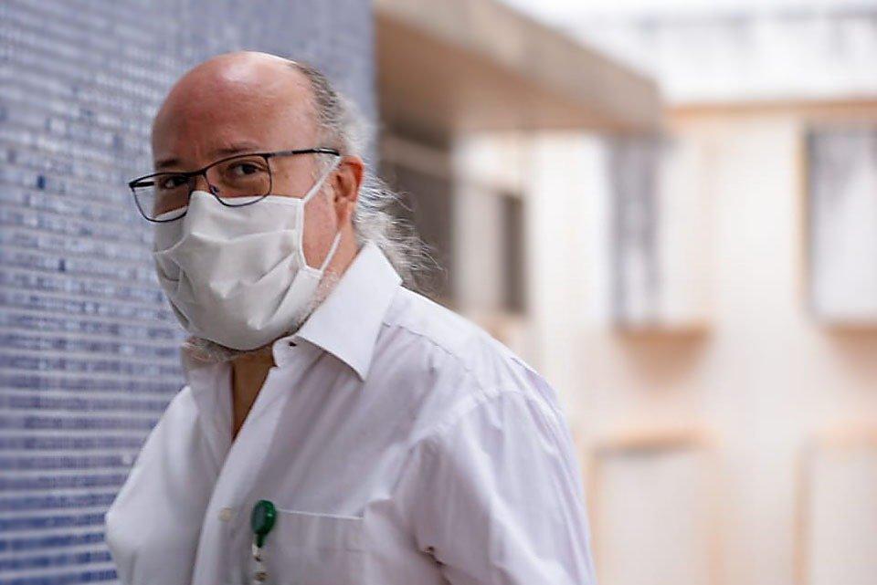 Doutor Gustavo Romero chega para testes de vacina Covid-19