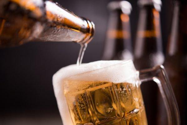 Cerveja sendo colocada em uma caneca de chope