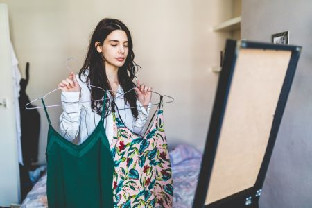 Mulher indecisa com roupa