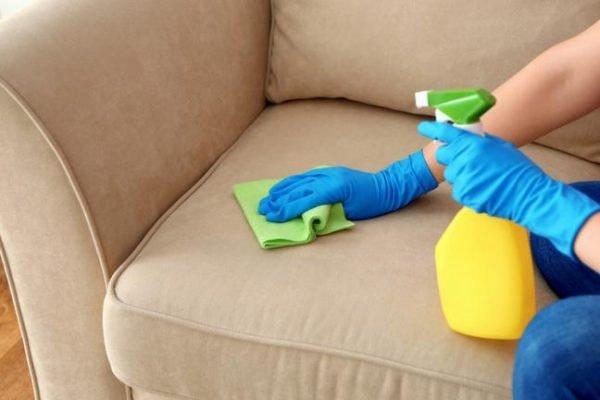 pessoa limpando o sofá