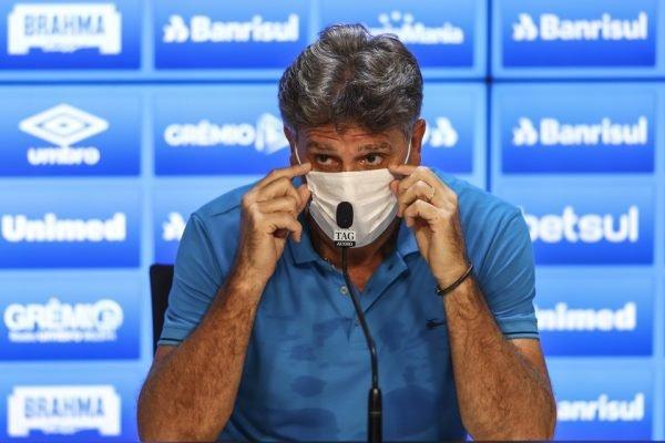 Renato Gaúcho de máscara