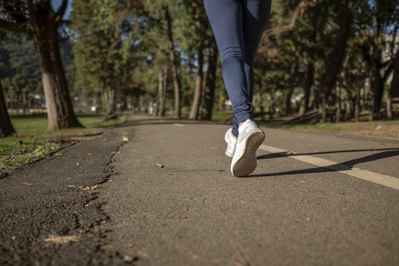 pessoa correndo na rua
