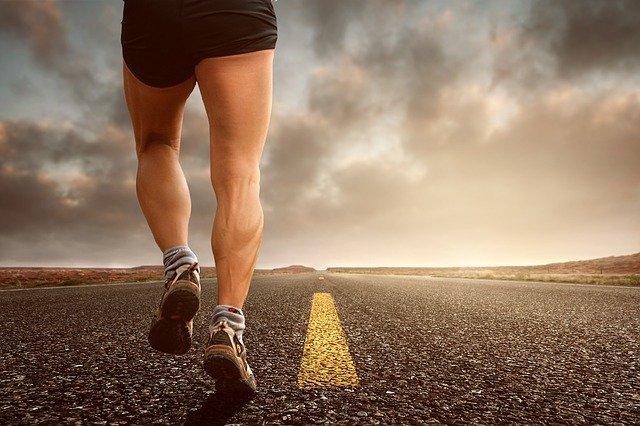 pernas de homem correndo
