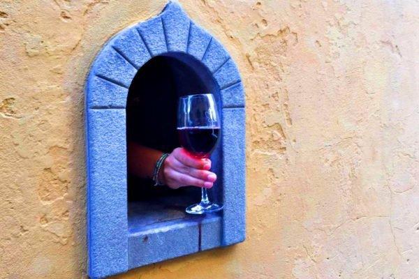 Janela de vinho na Itália