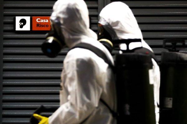 Profissionais com equipamentos de proteção contra o coronavírus no DF