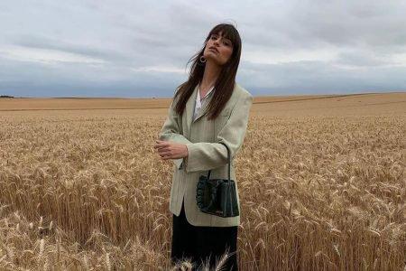 Clara Luciani em campo de trigo, cenário de desfile da Jacquemus