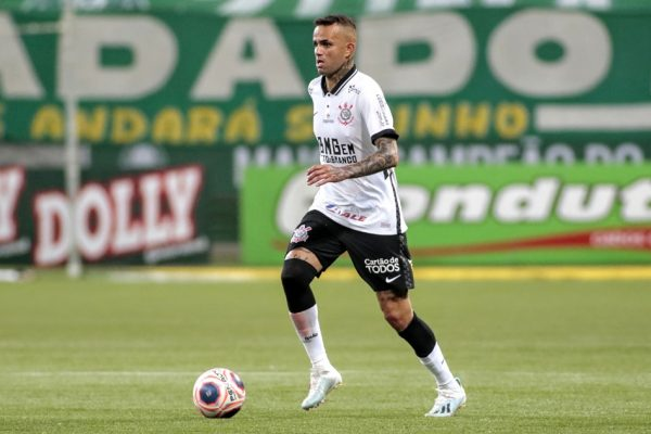 Luan, do Corinthians, com a bola