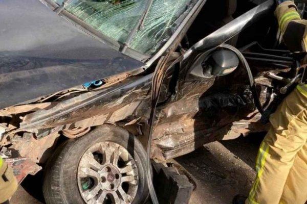 Jovem foge de blitz e colide em outro veículo
