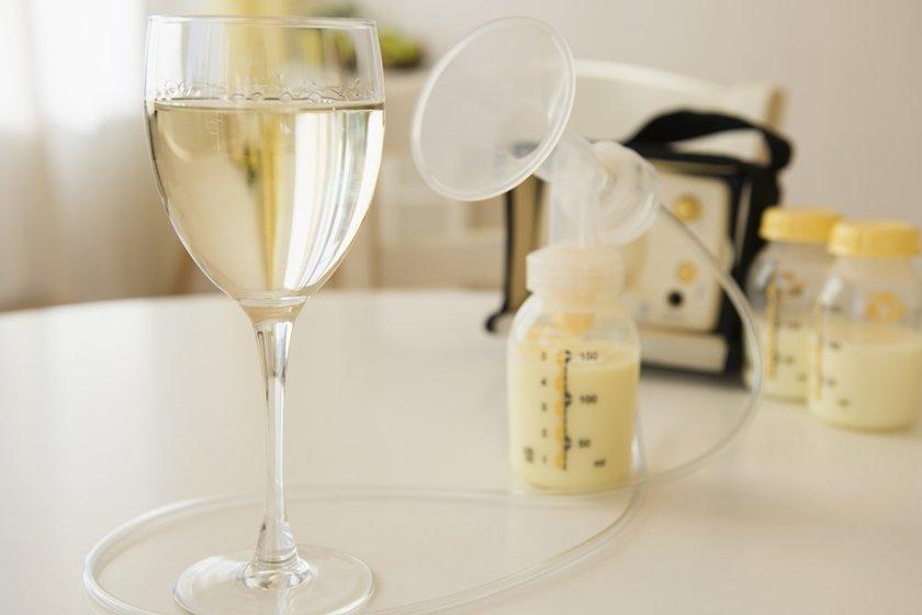 Taça de vinho e leite materno