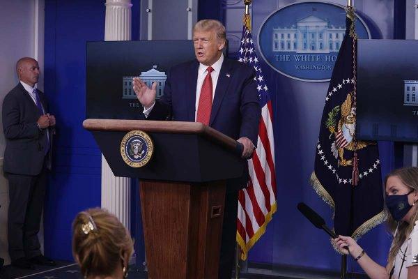 President Trump Holds A Press Briefing At The White House - Momento que Trump foi retirado da sala por causa de tiros do lado de fora da casa branca -