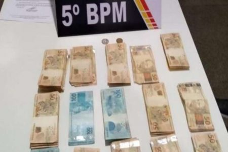 Cerca de R$ 14 mil em dinheiro ficaram espalhados no asfalto