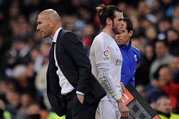 Zidane de costas para Bale