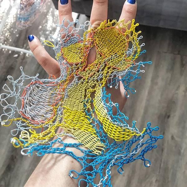 Acessório de Alexandra Sipa com fios elétricos descartados