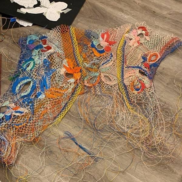 Peças de Alexandra Sipa com fios elétricos descartados
