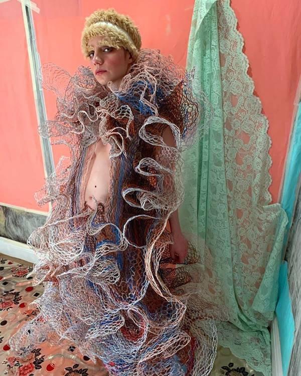 Vestido de Alexandra Sipa com fios elétricos descartados