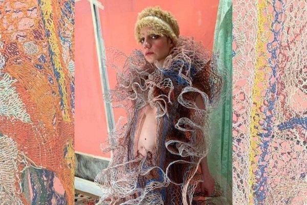 Casaco de Alexandra Sipa com fios elétricos descartados