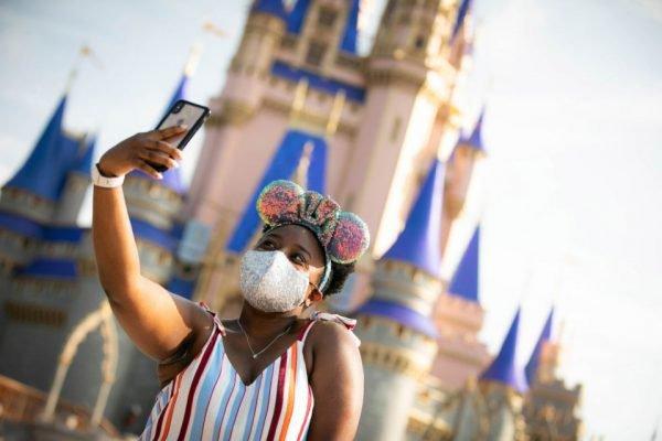 Coronavírus: Garota faz selfie no parque Magic Kingdom, na reabertura da Disney