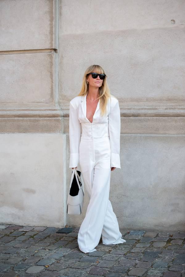 Mulher com look todo branco no street style da Semana de Moda de Copenhague