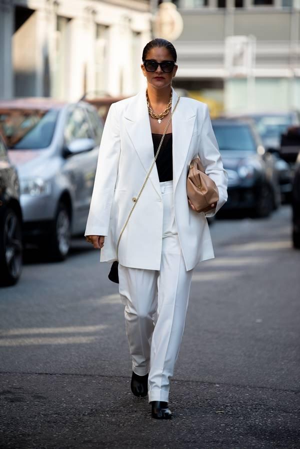 Mulher com look branco no street style da Semana de Moda de Copenhague