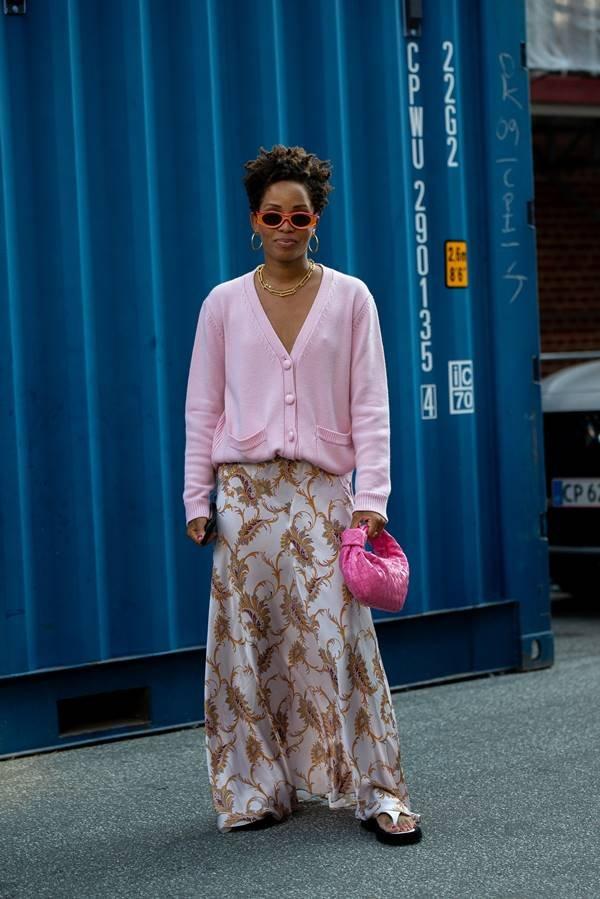 Mulher com look confortável na Semana de Moda de Copenhague