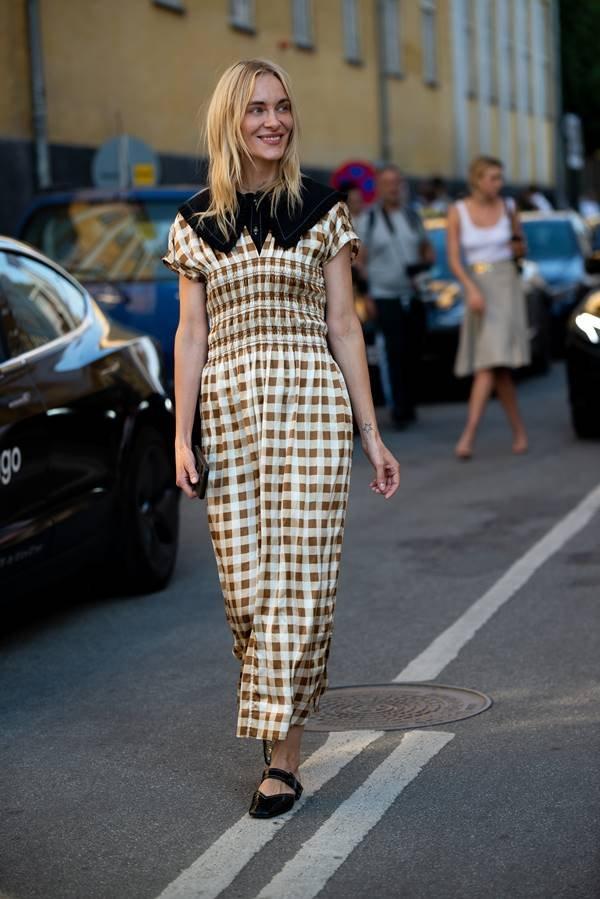 Mulher usando look com estampa xadrez