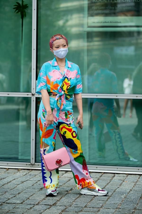 Mulher com look estampado na Semana de Moda de Copenhague