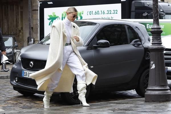Hailey Bieber com look branco