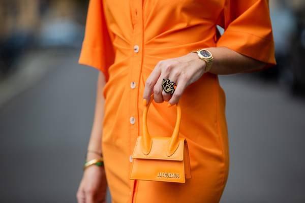 Vestido e bolsas alaranjados