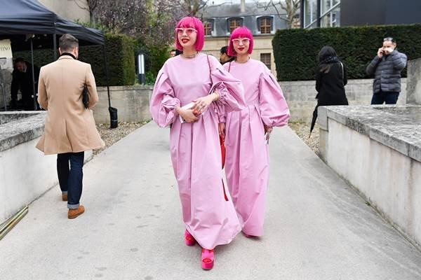 Aya Suzuki e Ami Suzuki em Paris com cabelo rosa