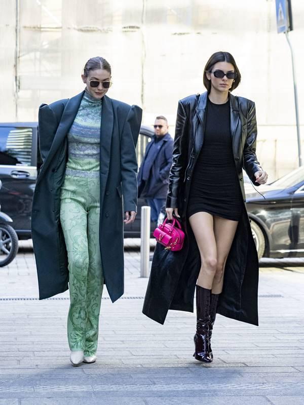 Kendall Jenner e Gigi Hadid andando em Milão